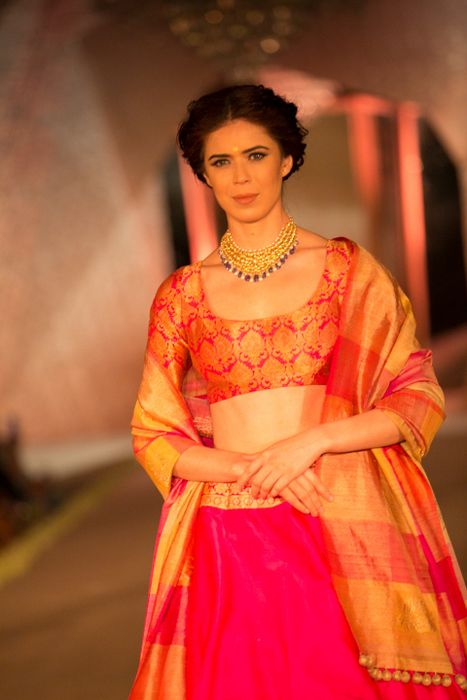 Model in Manish Malhotra - The Regal Threads Collection_12