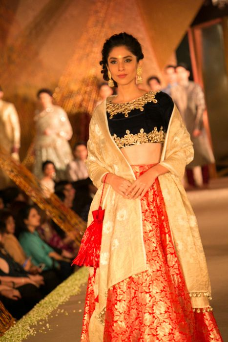Model in Manish Malhotra - The Regal Threads Collection_18