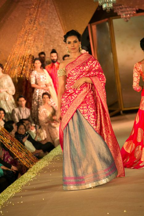 Model in Manish Malhotra - The Regal Threads Collection_19