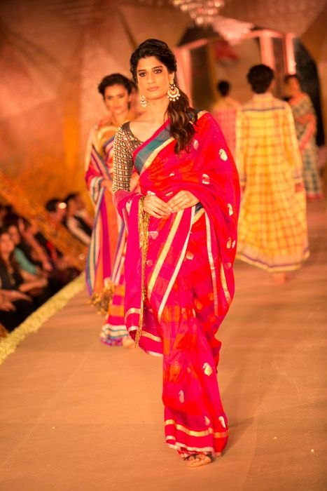 Model in Manish Malhotra - The Regal Threads Collection_5