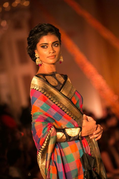 Model in Manish Malhotra - The Regal Threads Collection_7