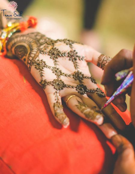 Minimalistic Mehendi Designs for Brides Who Don't Like To Go OTT!