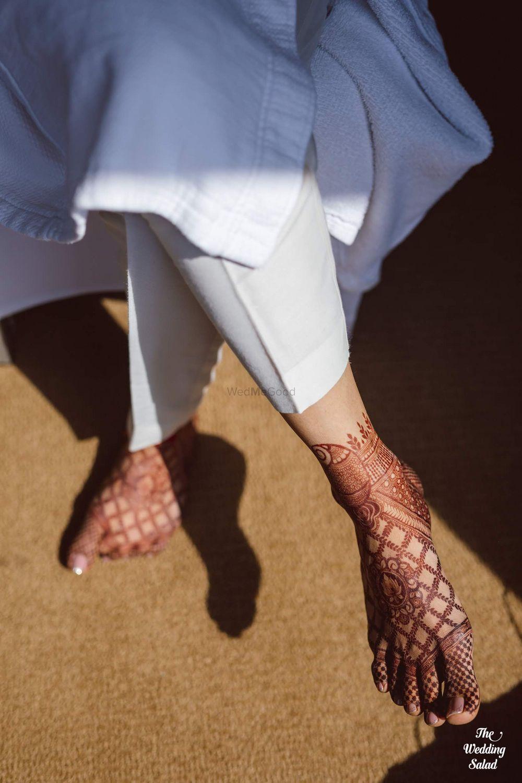 Photo of simple bridal feet mehendi shot