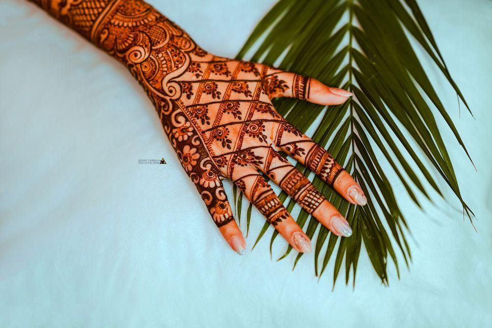 Photo of Modern back hand mehndi design