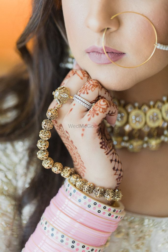 Photo of Bridal hands with haathphool and pink Chura