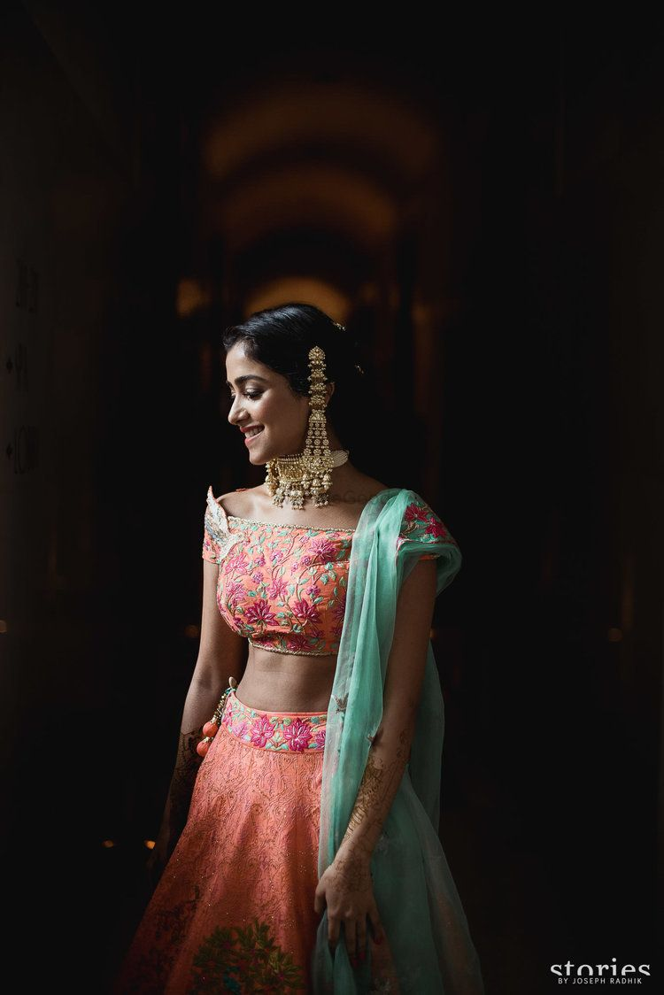 Photo of Unique bridal look on mehendi with long earrings