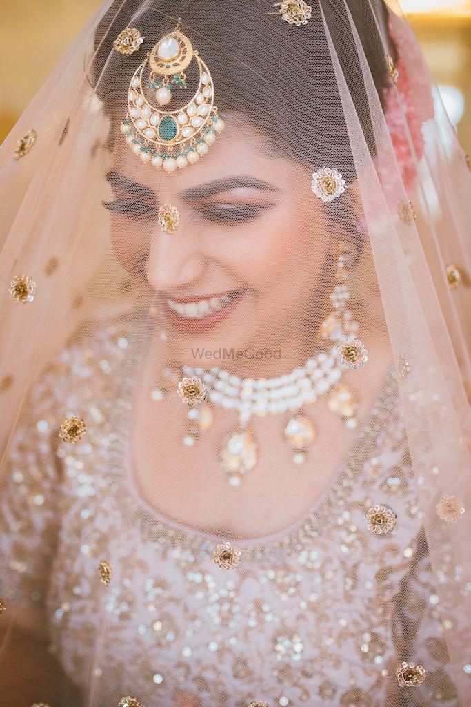 Photo of Beautiful bridal veil shot with unique maangtikka
