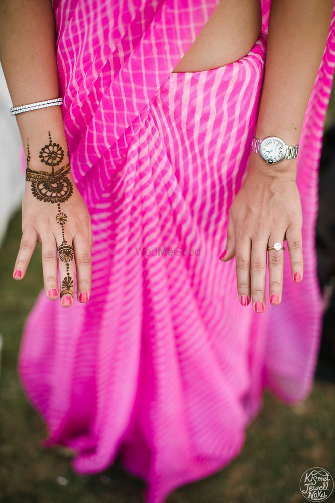 Photo of Minimal jewellery mehendi design for bridesmaid
