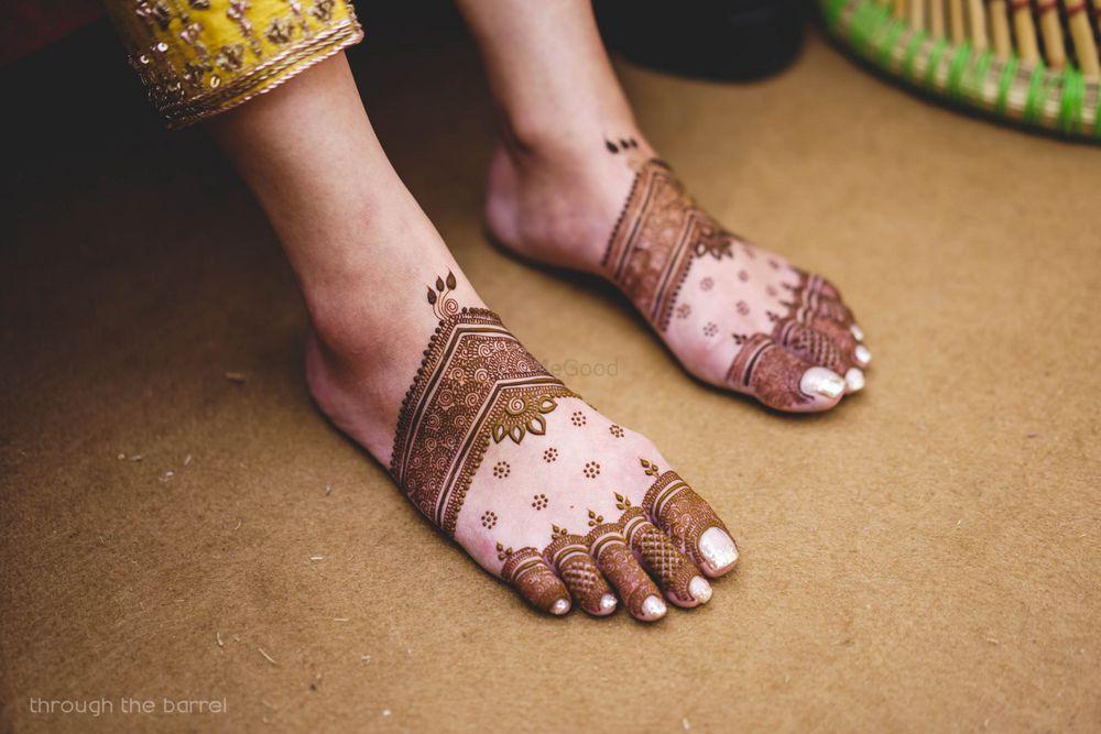 Photo of Minimal bridal feet mehendi unique design