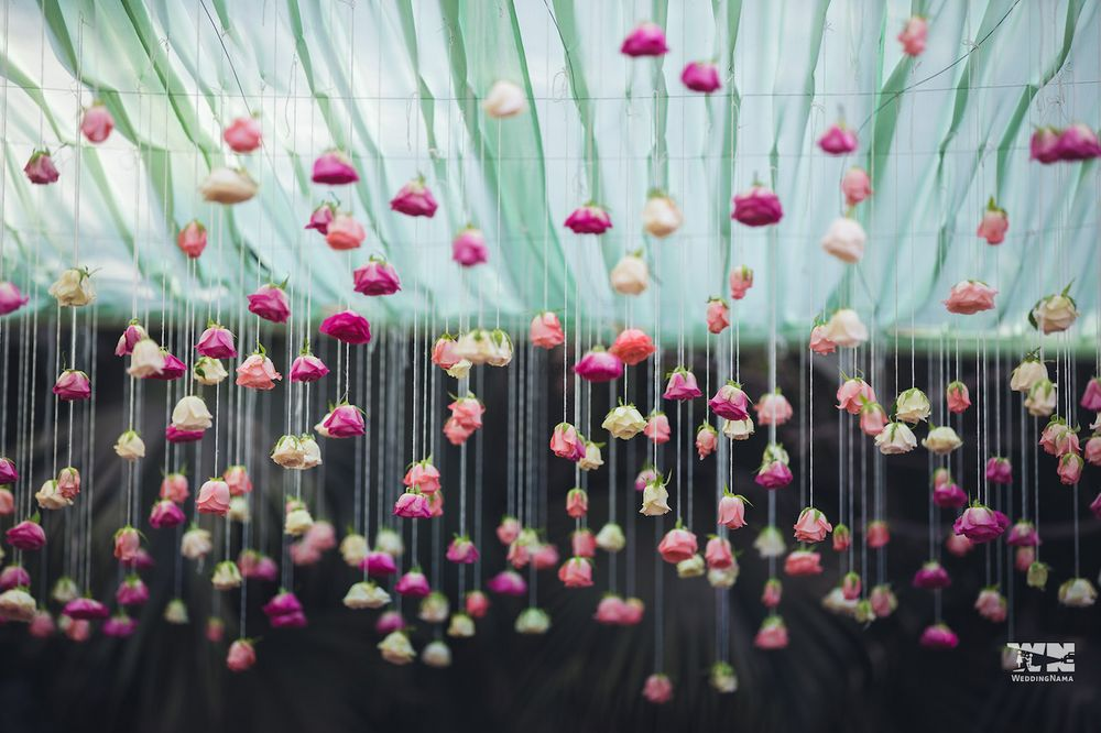 Photo of Hanging roses in decor with strings