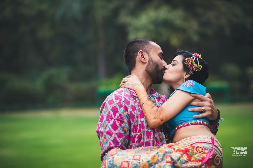 Photo of Mehendi couple portrait with kissing couple