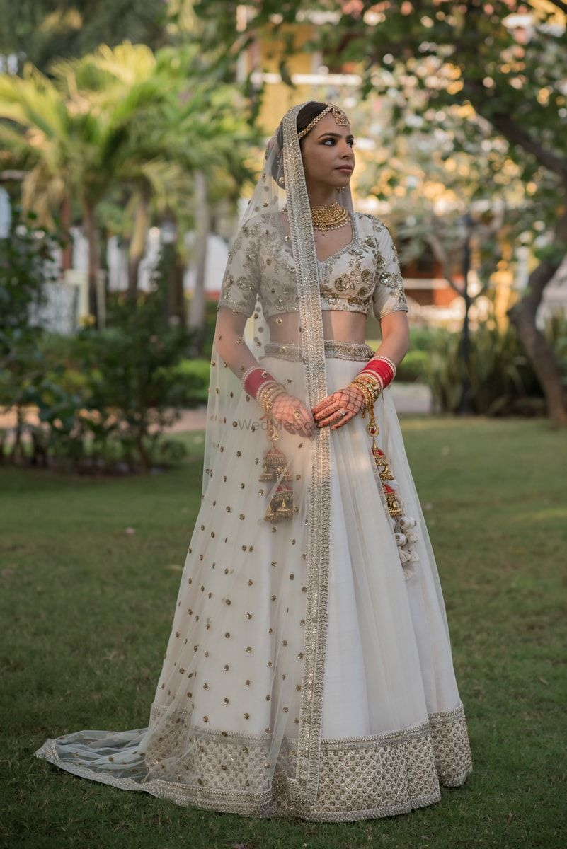 Photo of simple bridal look in a white lehenga and red chooda