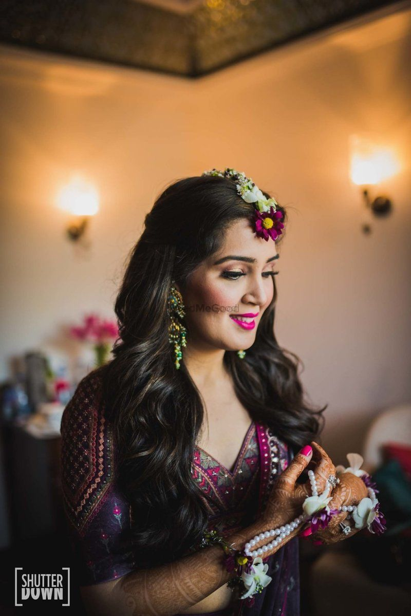 Photo of Mehendi look with floral jewellery