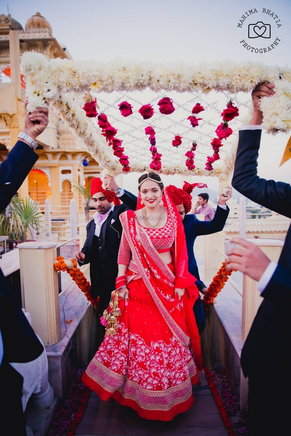 Photo of Red Bride Entrance with Roses Chaadar