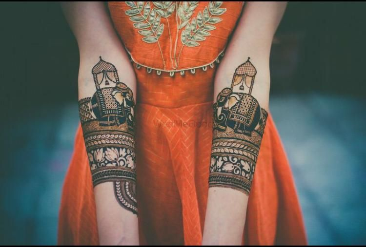 Photo of A bride flaunting her mehendi design