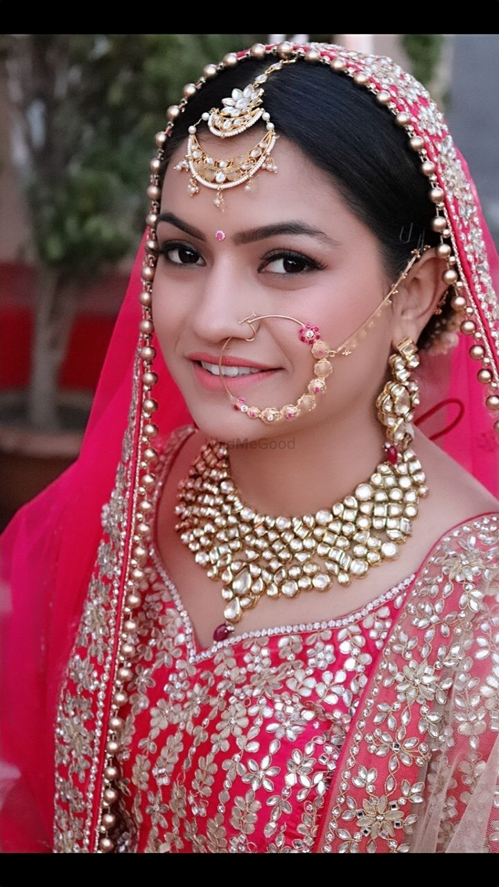 Photo of A bride with subtle makeup on her wedding day