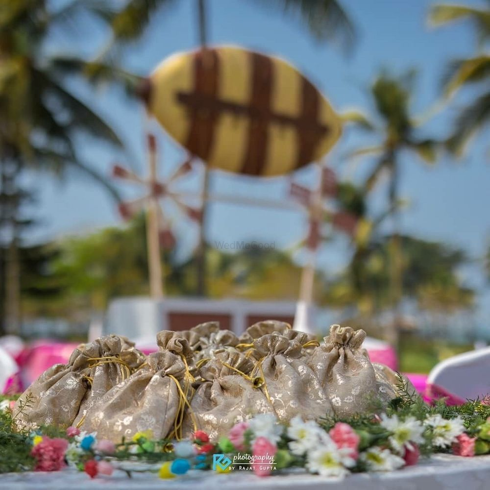 Photo of Mehendi giveaways for guests in potlis
