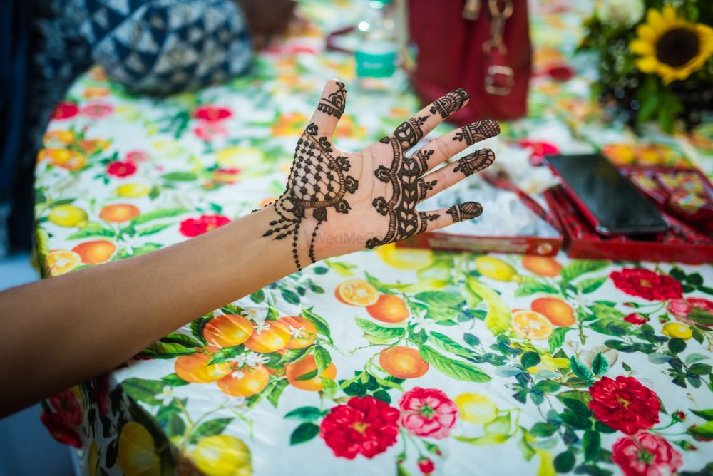 Photo of A beautiful modern minimalistic mehndi design.