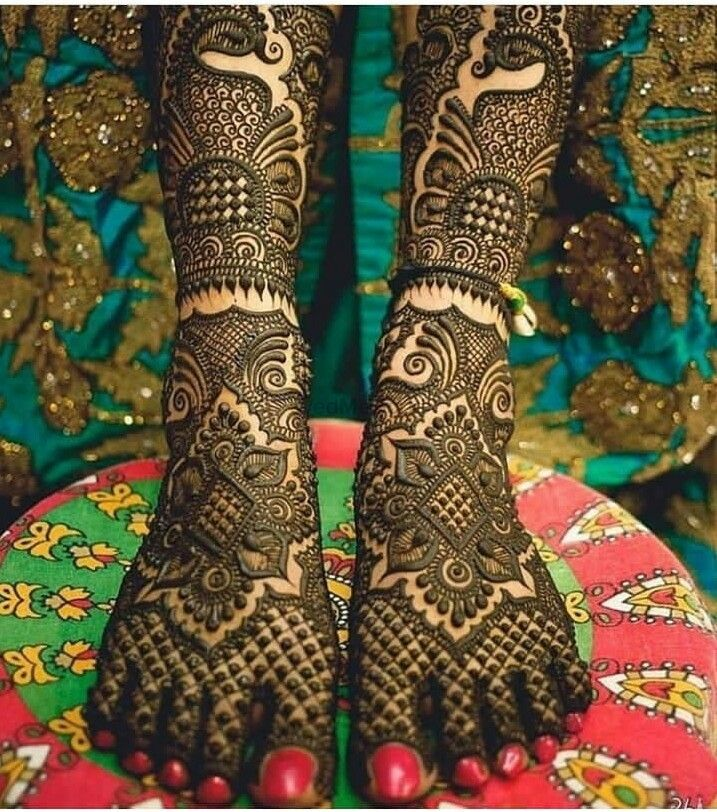 Photo of A pretty traditional mehendi bridal design for feet.