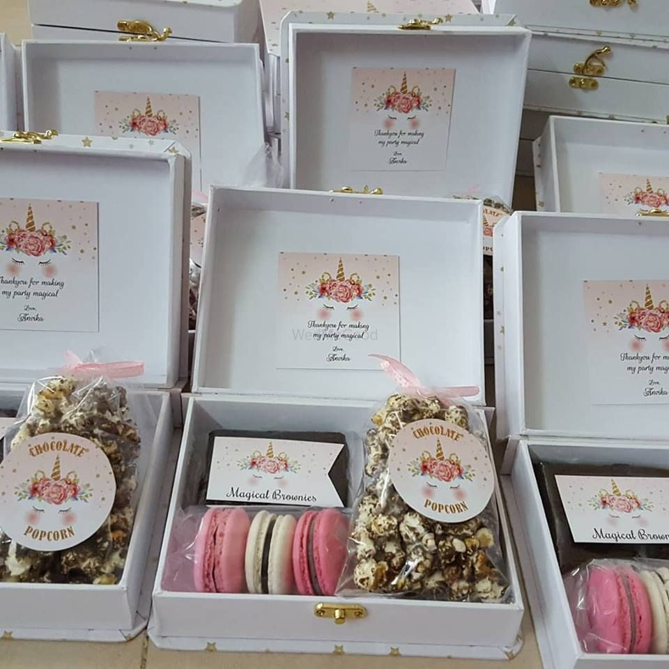 Photo of Cute macarons with popcorn as wedding favors