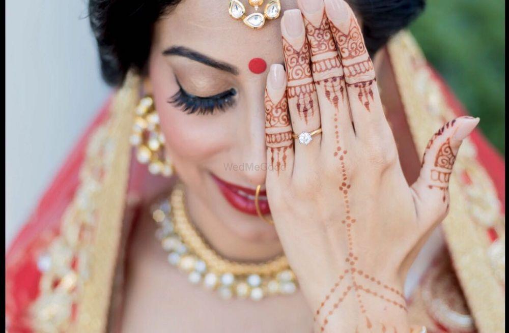 Photo of Minimal jewellery mehendi design for brides