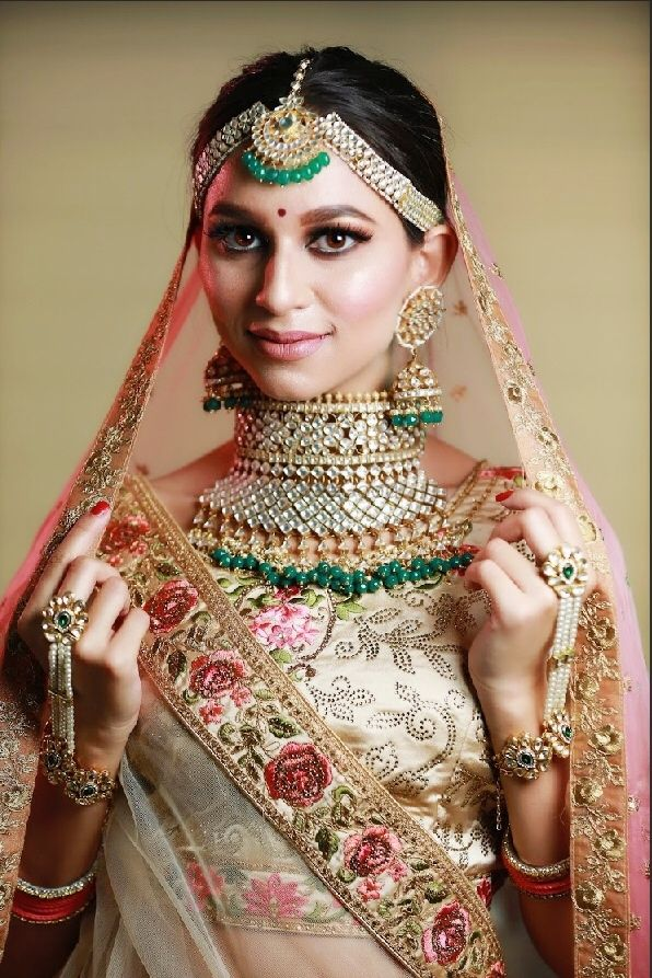 Photo of Bridal jewellery with green beads and choker necklace