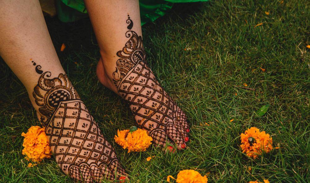 Photo of Stunning minimalist feet bridal mehndi design.