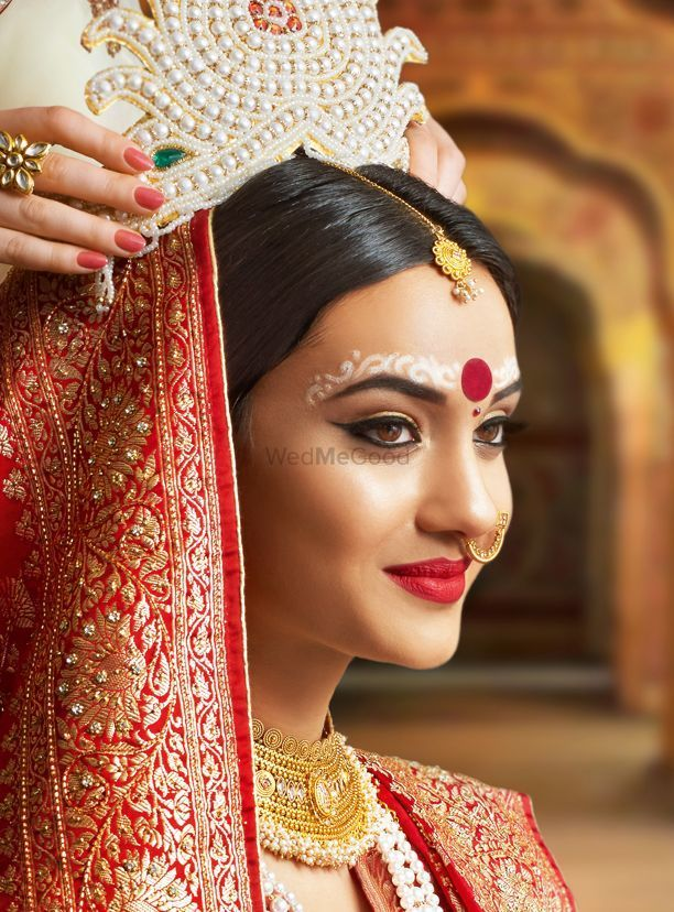 Photo of A beautiful Bengali bride in soft & subtle makeup.