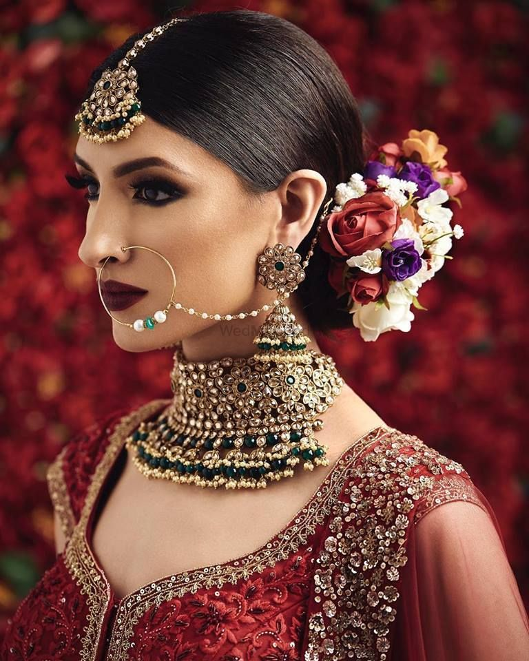 Photo of Bridal choker jewellery with cool floral bun