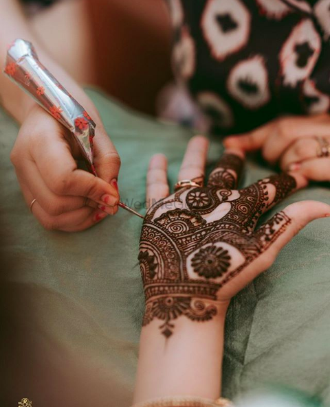 Photo of Minimalist mehndi design for brides