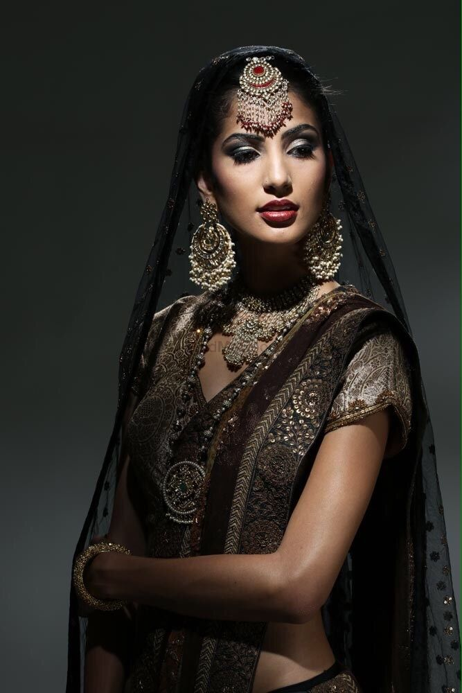 Photo of Large round maang tikka with large earrings and puff sleeves metallic blouse