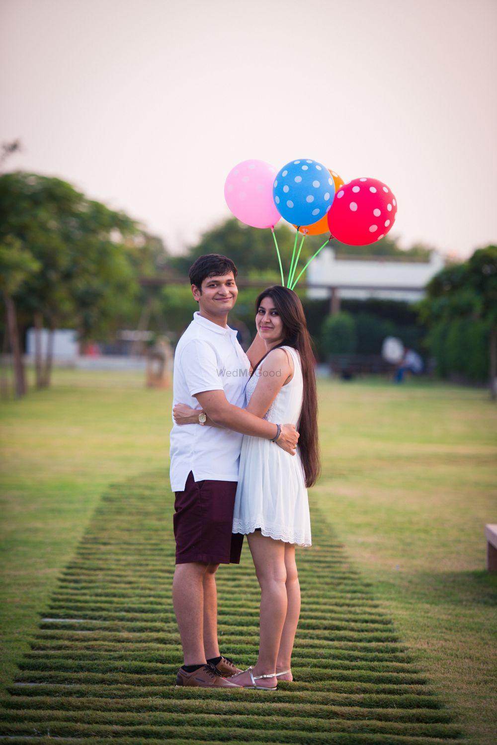 Photo of Pre wedding shoot with polka dot balloon props
