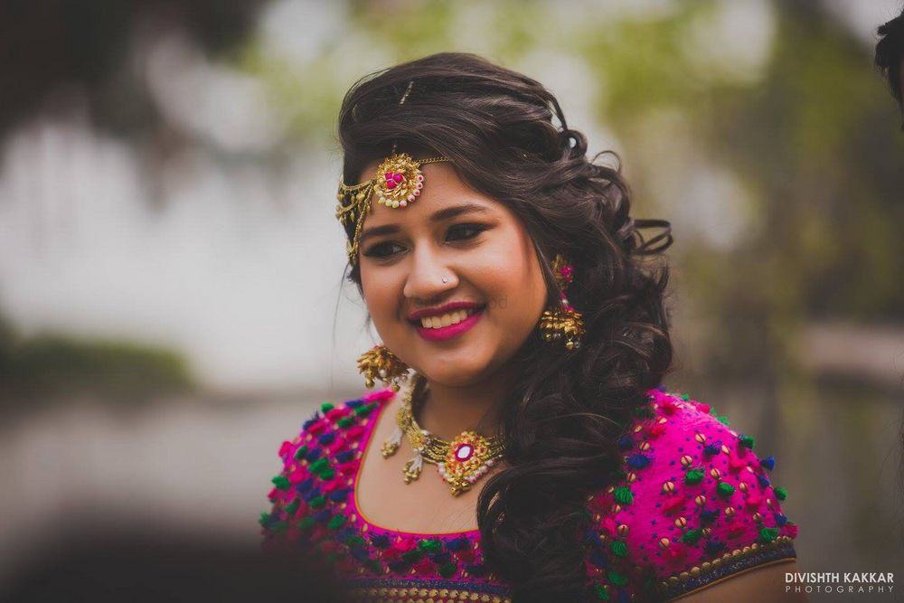 Photo of open one sided hairstyle for mehendi