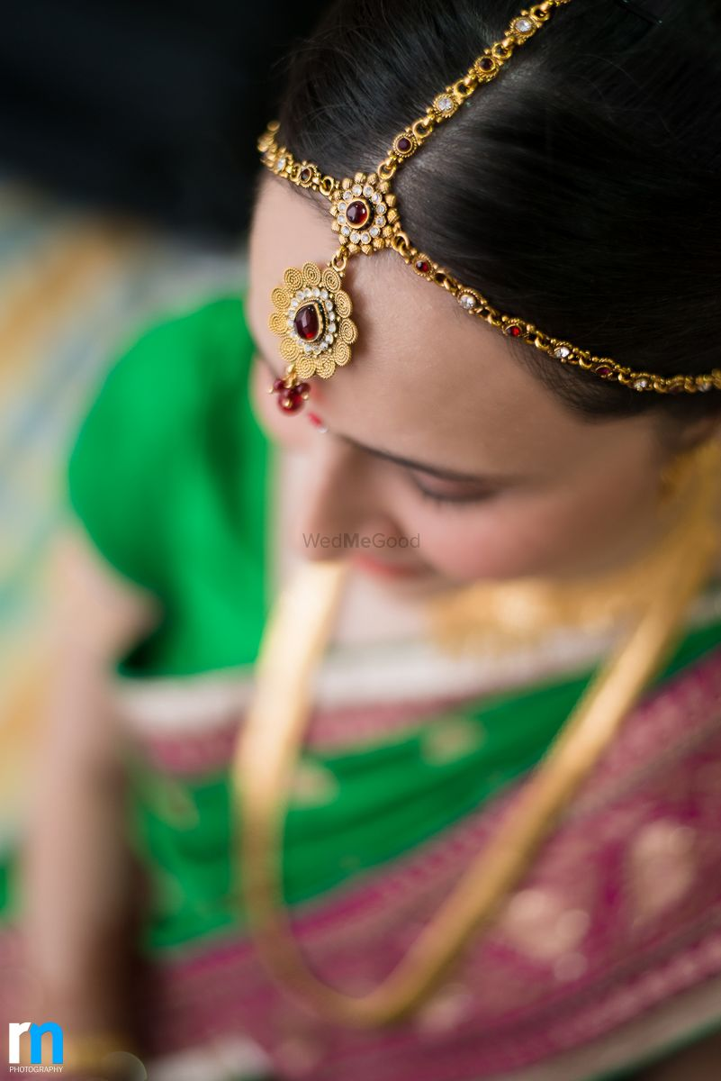 Photo of Minimal bridal mathapatti with red stones