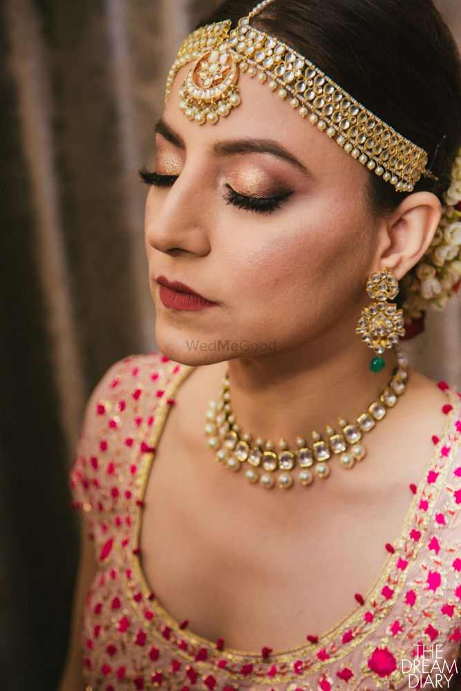 Photo of Simple bridal choker and mathapatti with pearls