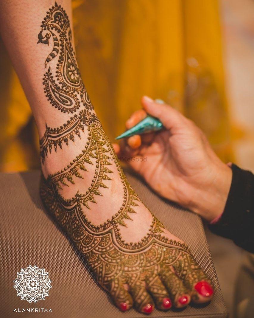 Photo of Minimal modern bridal feet mehendi design
