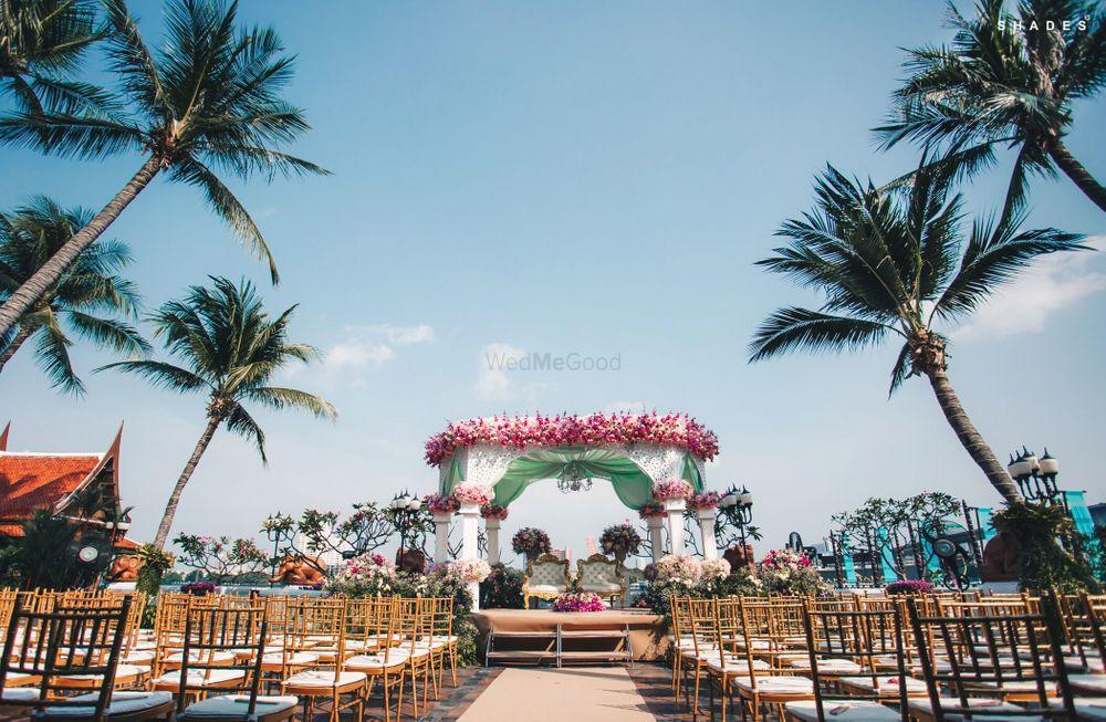Photo of A wonderful mandap decor and table setting idea for a beachside wedding.