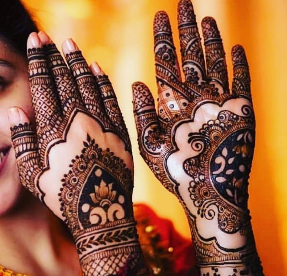 Photo of Traditional mehendi applied in a minimalist design is the best possible way to make the bride look prettier.