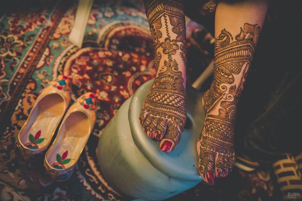 Photo of Bridal Feet Mehendi Design and Juttis