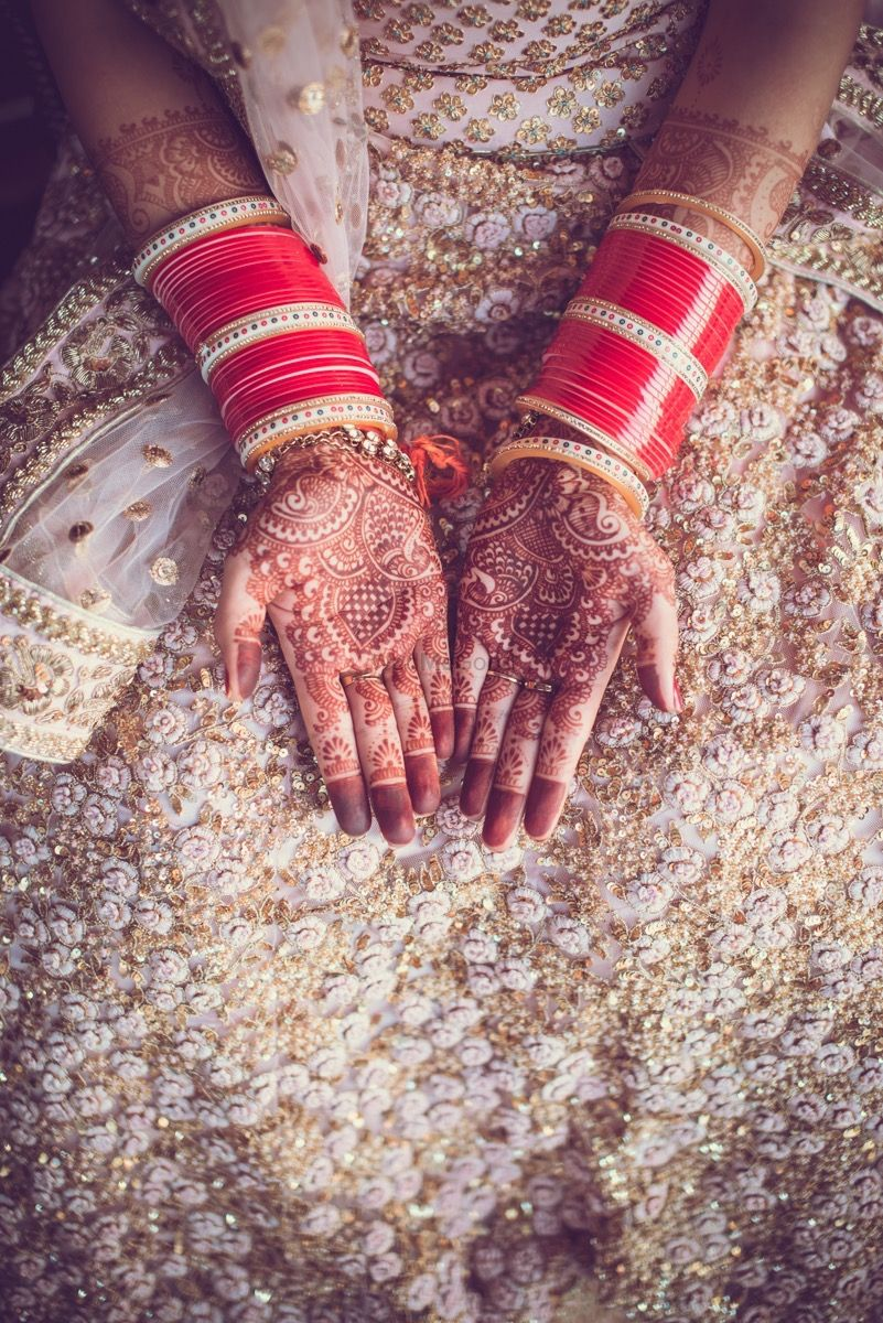 Photo of Bridal Hand Mehendi Design with Chooda