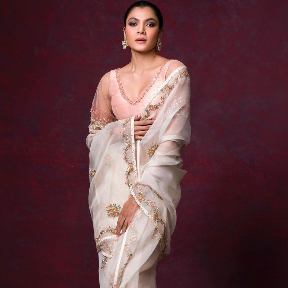 Photo of Ivory saree with a pink blouse.