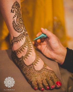 Minimal modern bridal feet mehendi design