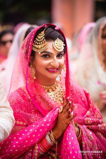 Sikh bride in fuschia pink with maang tikka