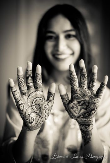 Bride showing off her minimal mehendi on palms