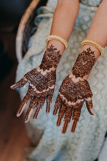 Minimalist mehendi design for a bride to be