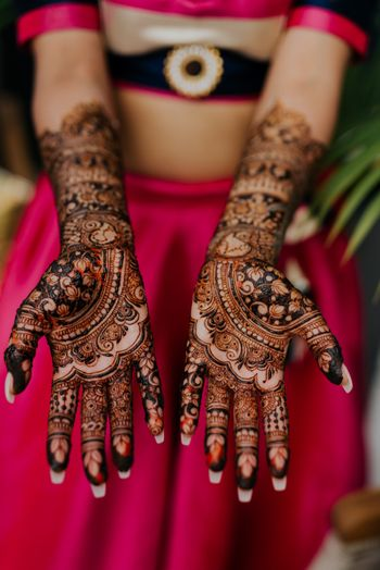 Full hand bridal mehendi design.