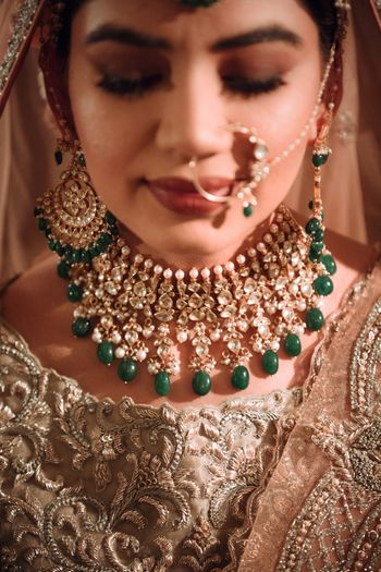 Contrasting bridal jewellery with green beads