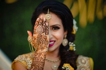 Bride showing off her mehendi with haathphool