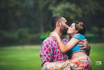 Photo of Mehendi couple portrait with kissing couple