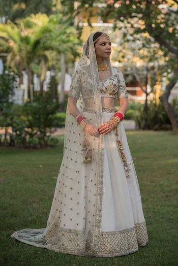 simple bridal look in a white lehenga and red chooda